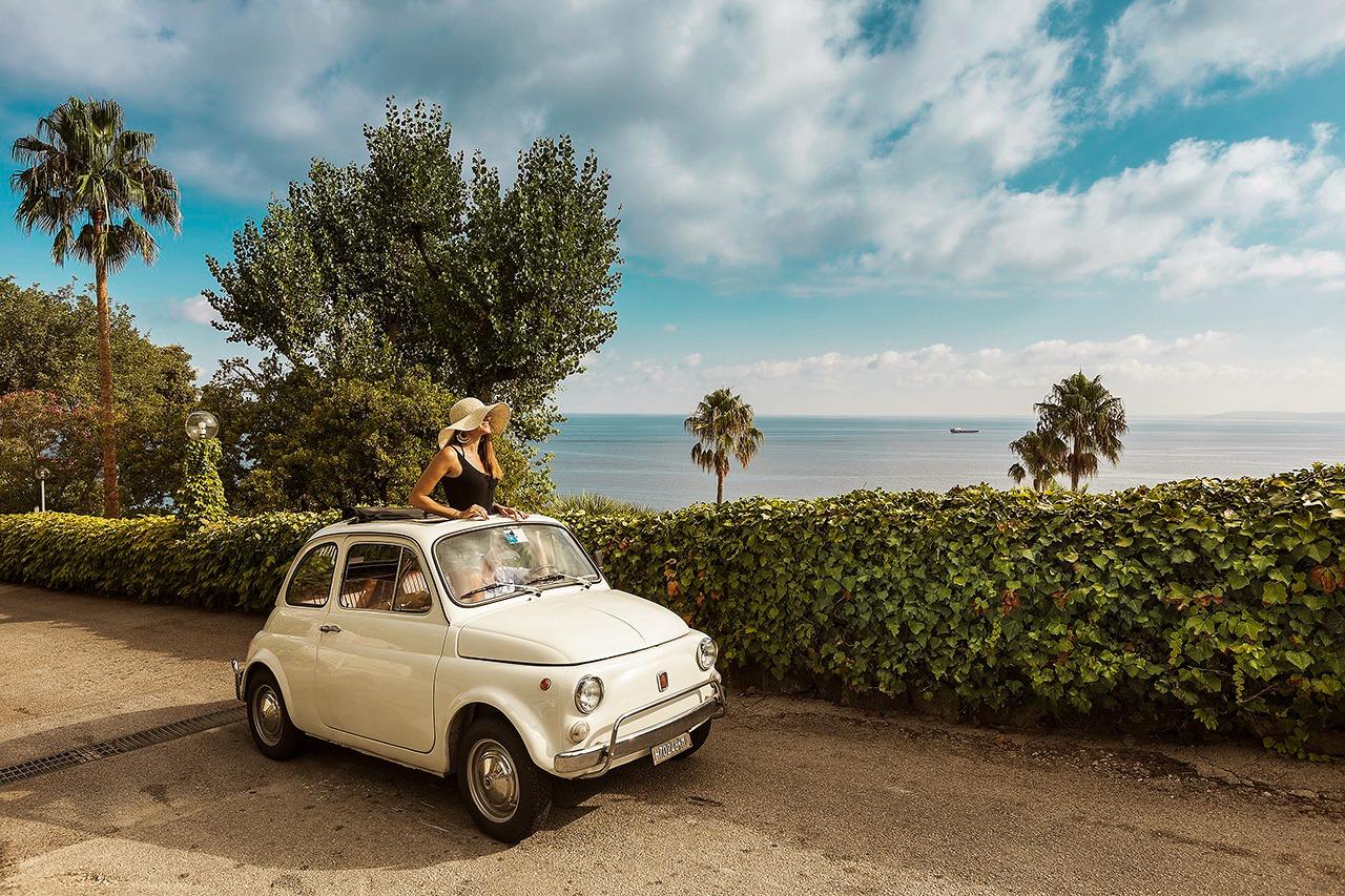 Fiat 500 all'ingresso dell'hotel